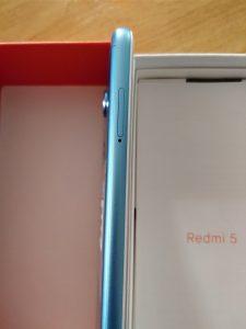 Na levé hraně je šuplíček SIM