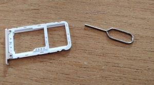 Hybridní slot na SIM a microSD
