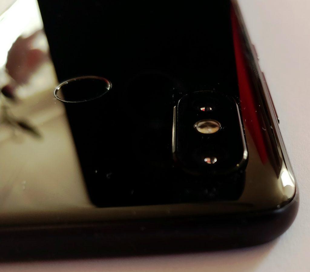 Fotoaparát a čtečka otisků na zadní straně