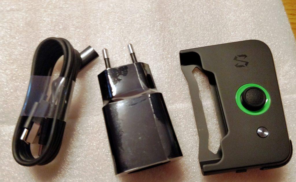 Kabel, nabíječka a gamepad