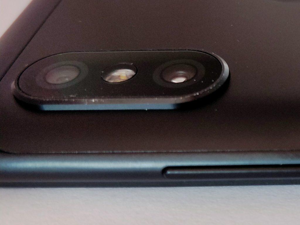 Optika fotoaparátu vyčnívá nad okolní povrch