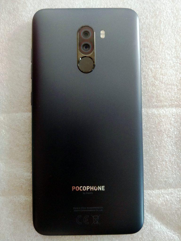 Recenze Poco F1 - telefon má plastová záda