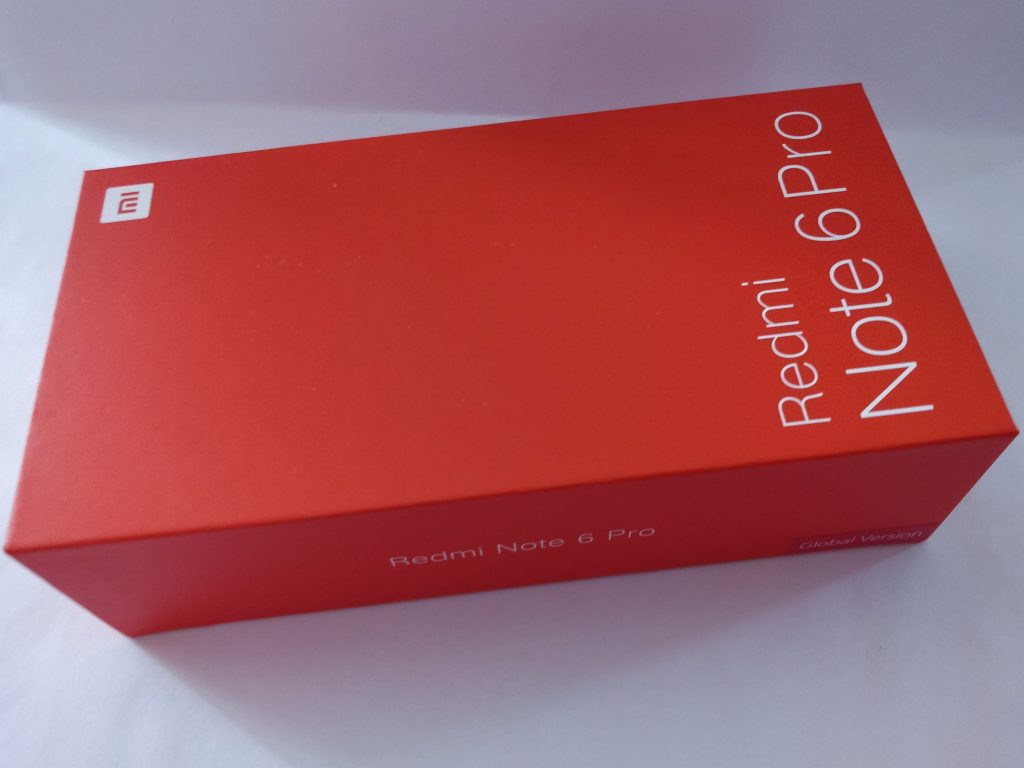 Telefon přichází v tradiční červené (pro někoho oranžové) krabičce