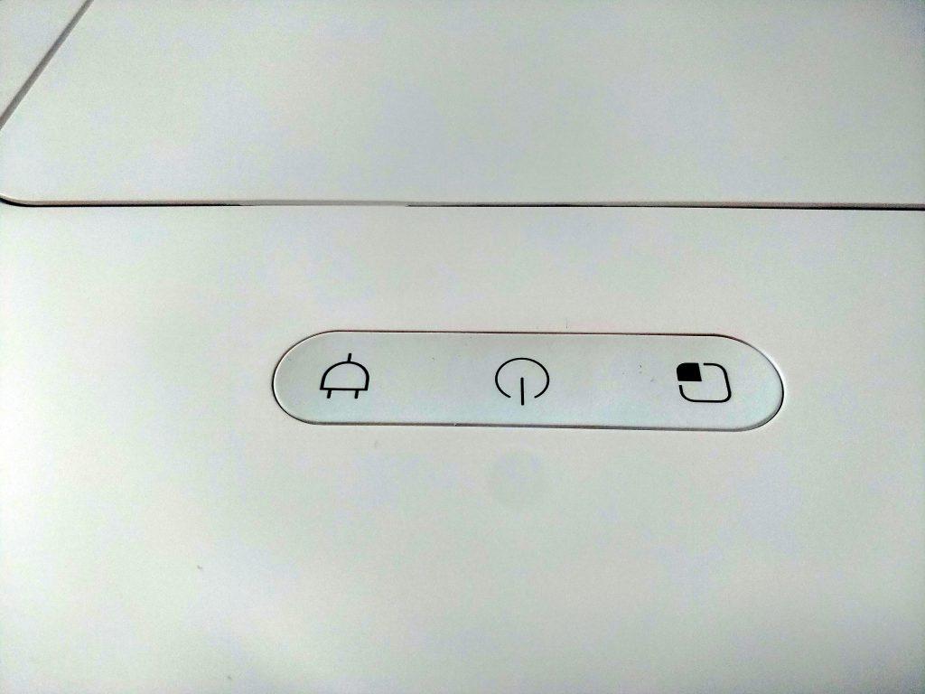 V přední části horní strany jsou tři tlačítka