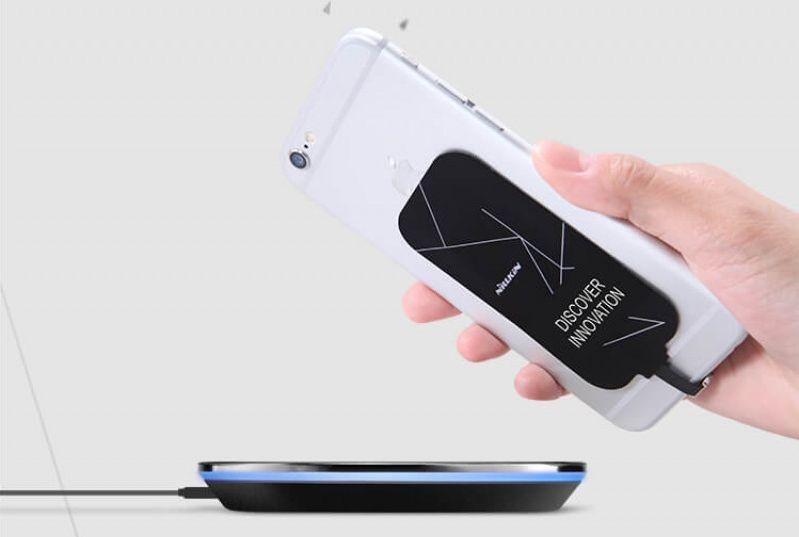 Adaptér dodá telefonu schopnost bezdrátového nabíjení