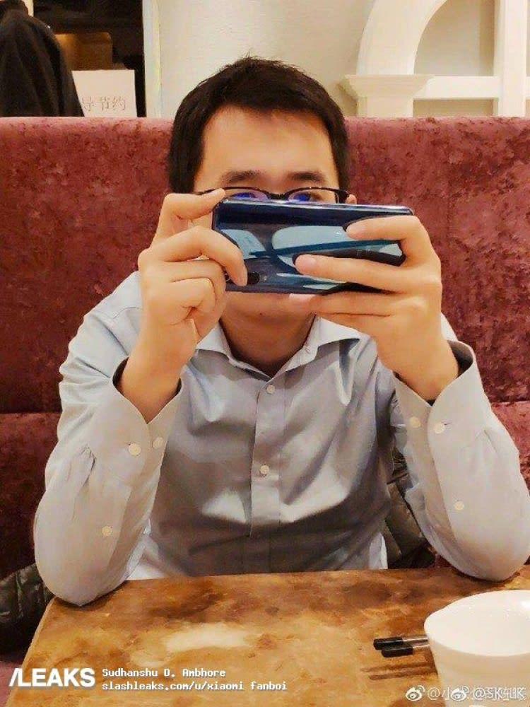 Xiaomi Wang Teng Thomas drží v ruce telefon, který má patrně tři foťáky