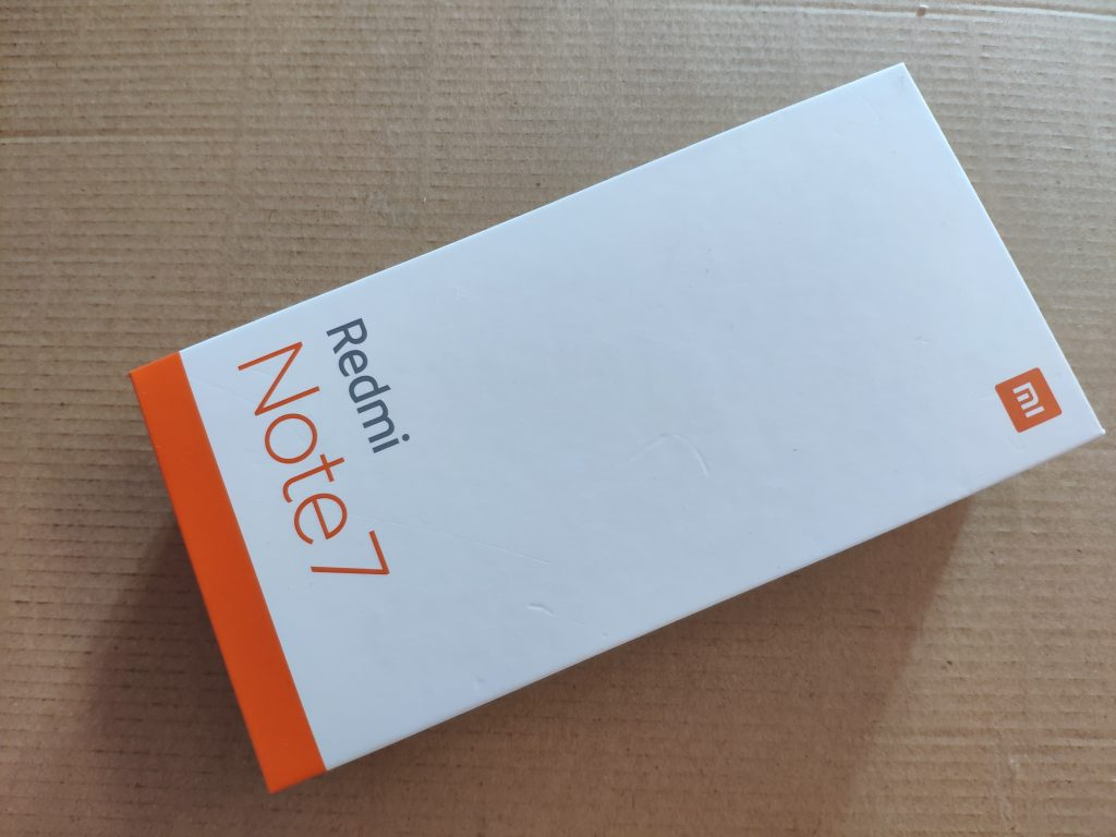 Telefon dorazil v kartónové krabičce, na které dominovala bílá barva