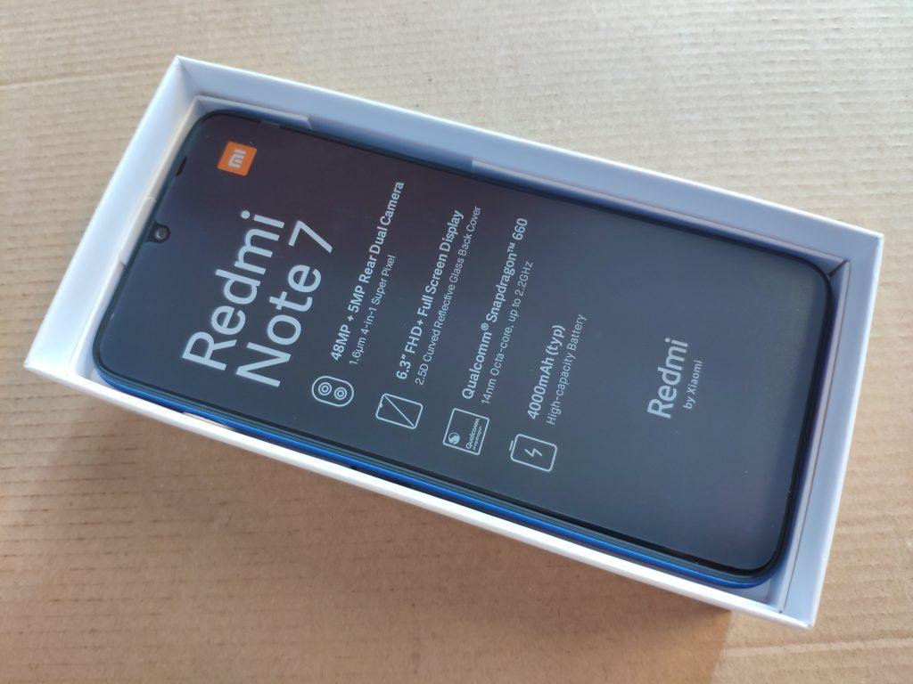 Telefon má na obrazovce přilepenou transportní fólii