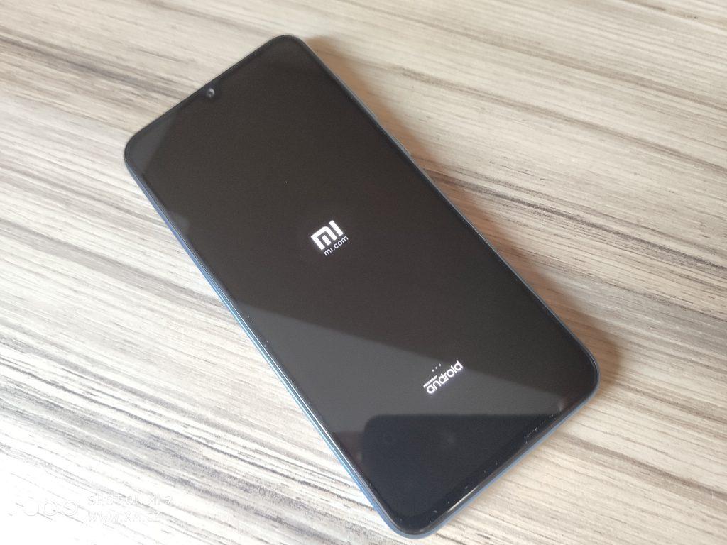 Obrazovka je SAMOLED od Samsungu