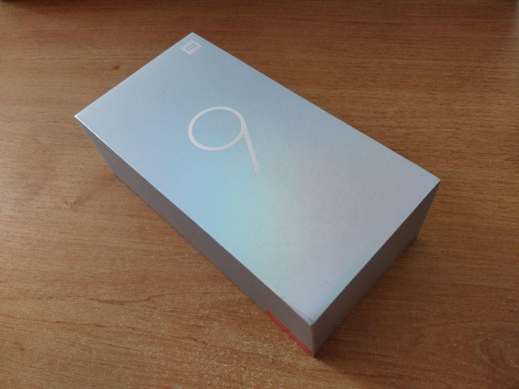 Xiaomi Mi 9 jsme dostali ve stříbrné krabičce s bílou devítkou