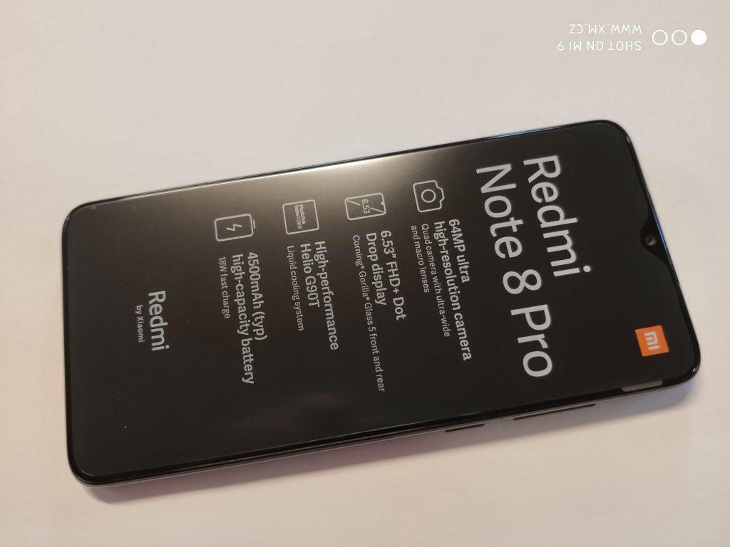 Na přední straně najdeme 6,53 LCD displej s rozlišením 2340 × 1080