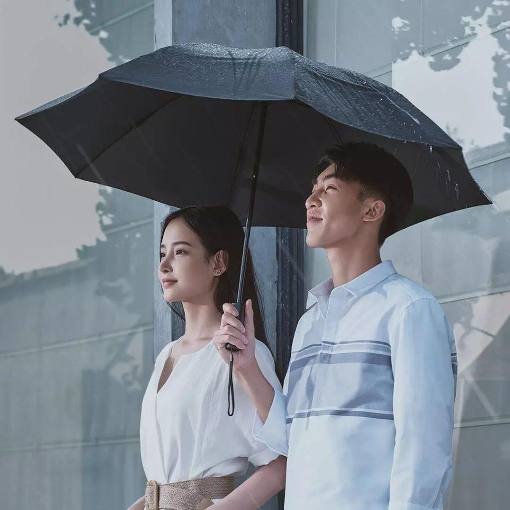 Pod deštník se bez větších problémů schovají dva lidé