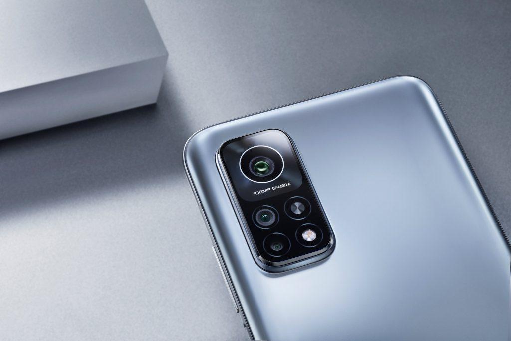 Na zadní straně najdete hlavní fotoaparát s rozlišením 108 Mpx