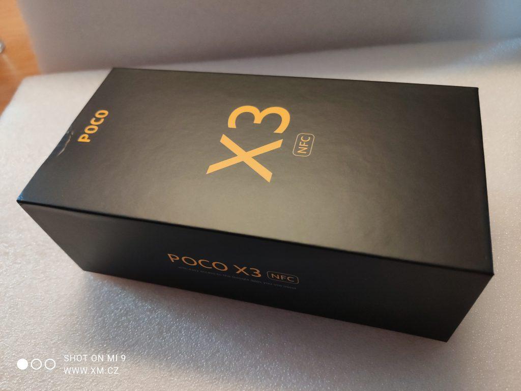 Telefon dorazil na test v elegantní černo-žluté krabičce