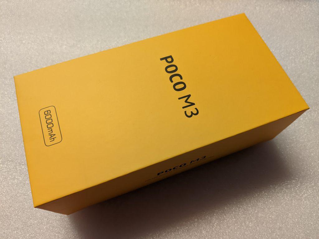 Telefon Poco M3 přichází v kanárkově žluté kartónové krabičce