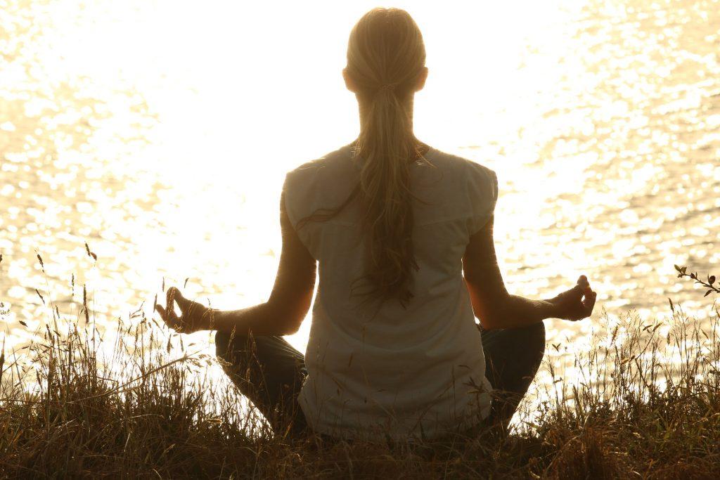 Jednou z nejméně obtížných, a přitom poměrně účinných jsou dechová cvičení.