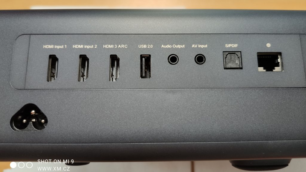 Konektory na přední straně přístroje